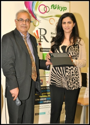 Rabeah Wahid receives the Ethnic Minority Female Achiever award from Ali Asghar